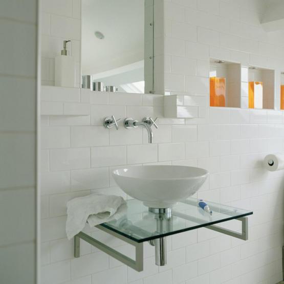 Vitt badrum med nischer