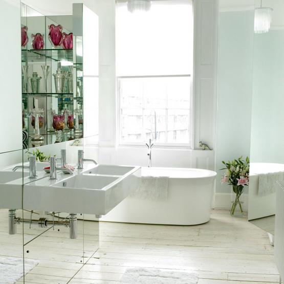 Spegelvägg i badrum