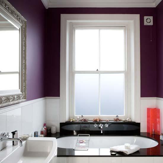 Plommon och svart i badrummet