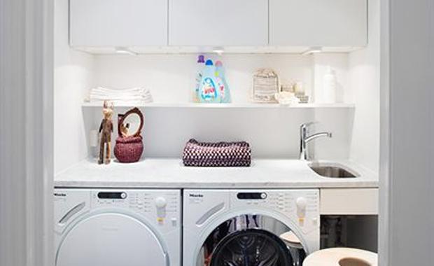 Vit tvättstuga med grå marmor  Badrumsdrömmar