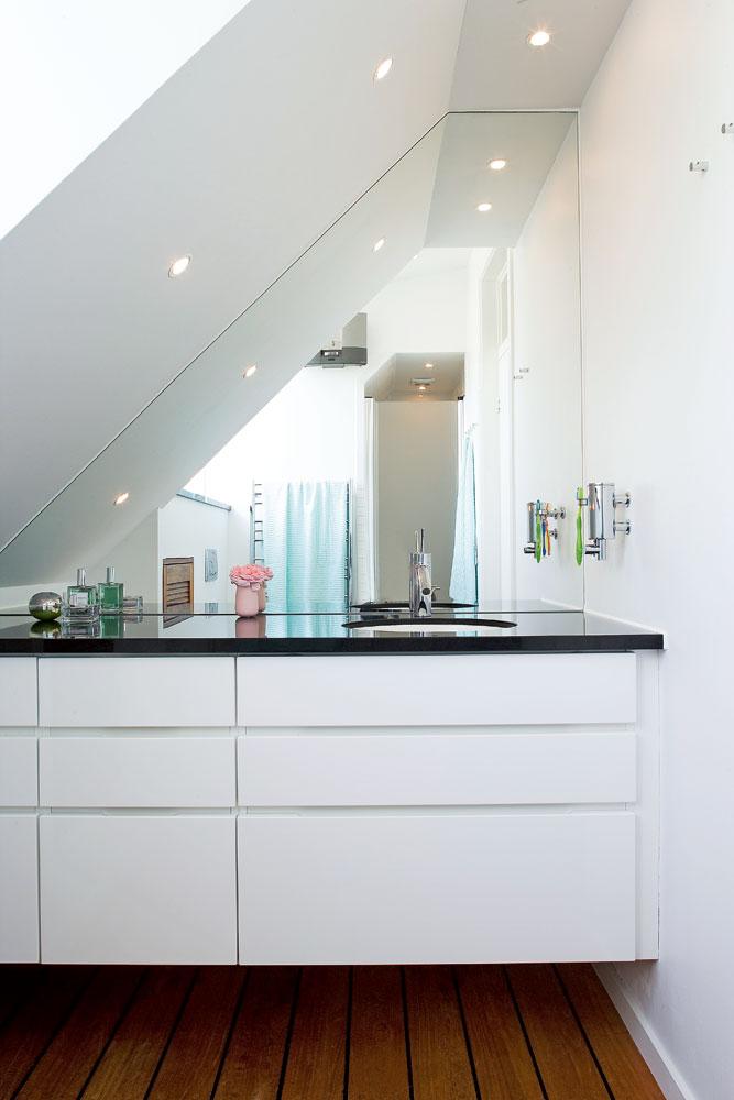 Spegeln sätter prägeln i litet badrum