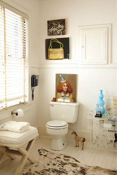 Underbart badrum med mischmash i vitt