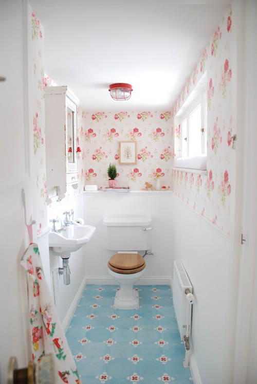 F rg i badrum hemma hos inspiration styling med sm medel for Pretty small bathroom ideas