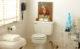 Eklektiskt vitt badrum med konst, stilleben och komatta