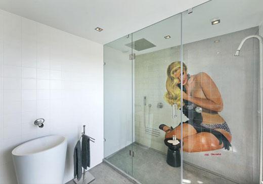 Pinuppa i fokus på badrumsväggen