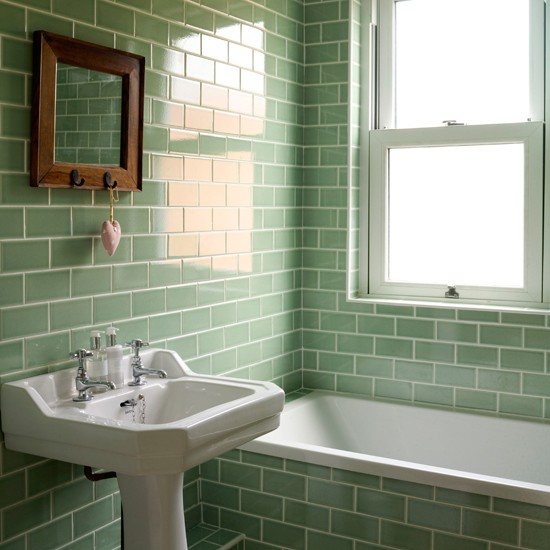 Grön stillhet i litet badrum