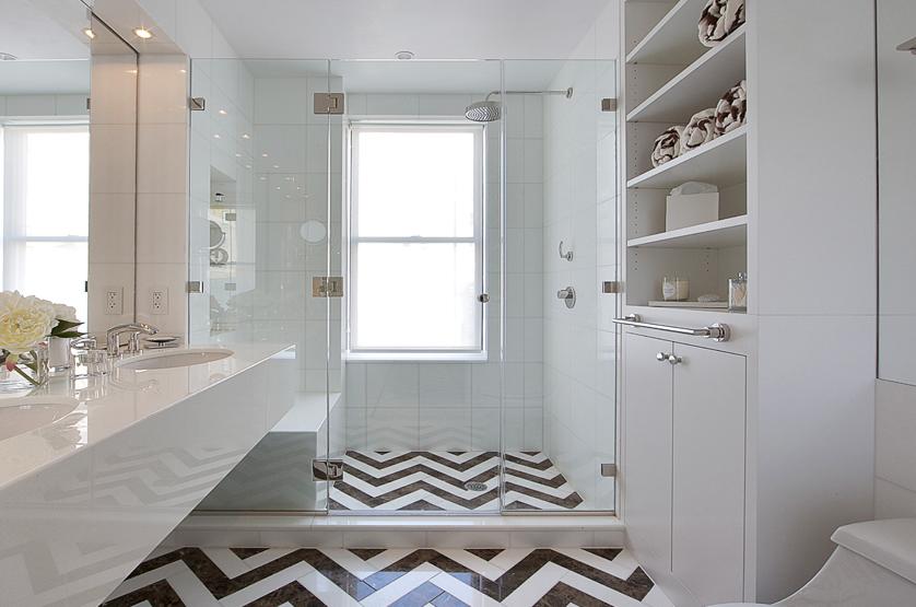 Fiskbensmönster i vitt badrum