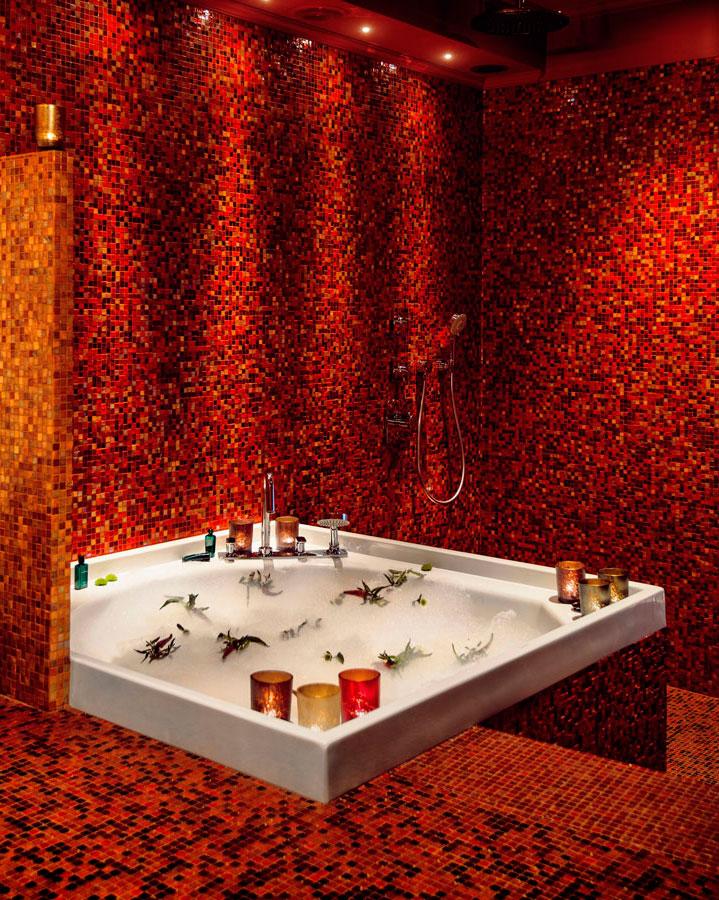 badrum-inspiration_guld-rod-mosaik_lyxigt-runt-badkar_hotel-dorsia-goteborg_badrumsdrommar