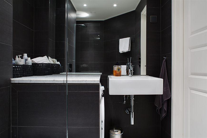 Mörkt och sobert litet badrum