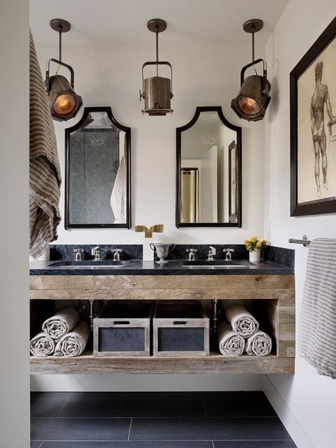 Scenlamporna sätter prägeln som badrumsbelysning