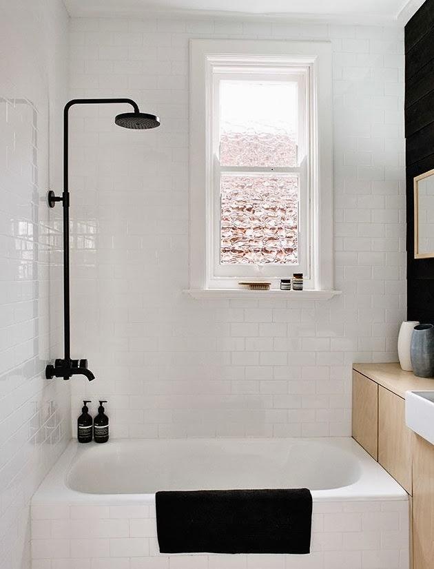 Litet badkar i ljust badrum