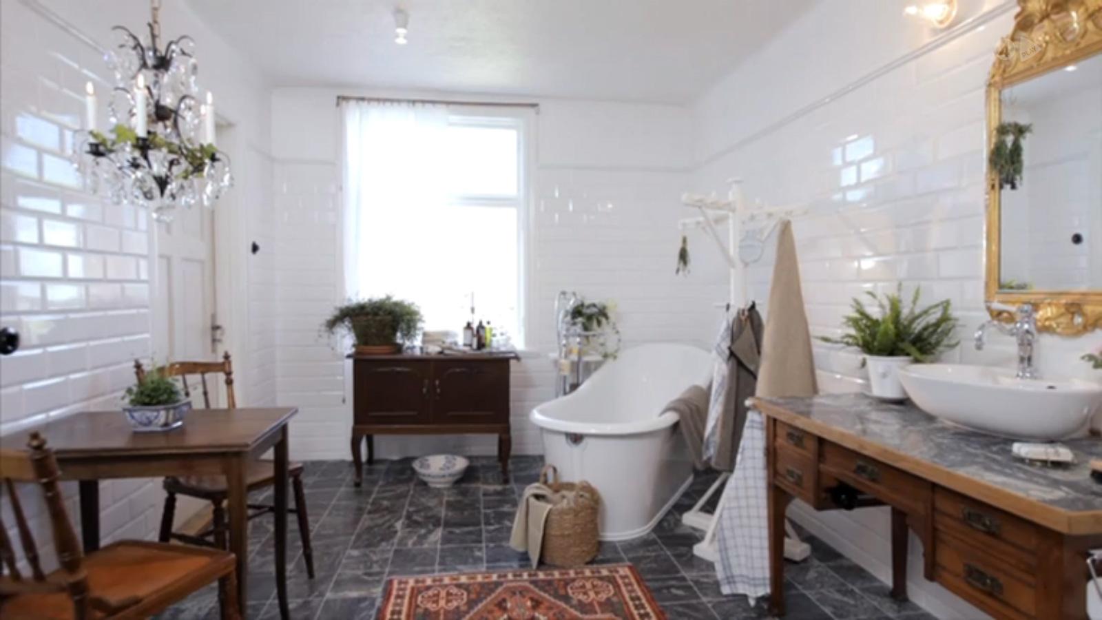 sommar-med-ernst_badrum-efter-renovering_vitt10x20-fasad-kakel_kolmårdsmarmor_badrum-inspiration_badrumsdrömmar