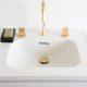 Badrumsinspiration - 3-grepps blandare i guld, grå marmor, inbyggt badkar i townhouse New York