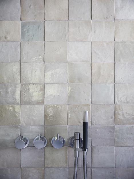 badrum_vosgesparis_boligliv_inspiration_pärlemor-plattor_inbyggd-dusch