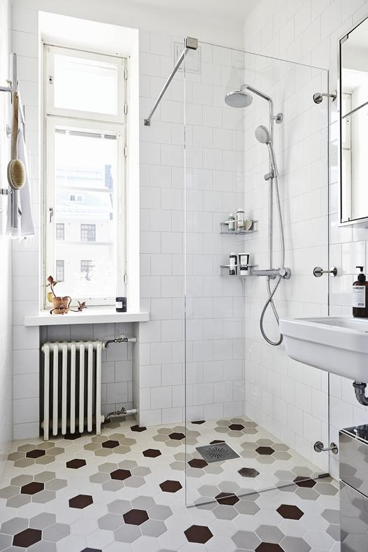 hemma-hos-Joanna Laajisto_foto-Mikko-Ryhanen_via_Lovely-life_badrum_inspiration_hexagon_vitt15x15_Helsingfors