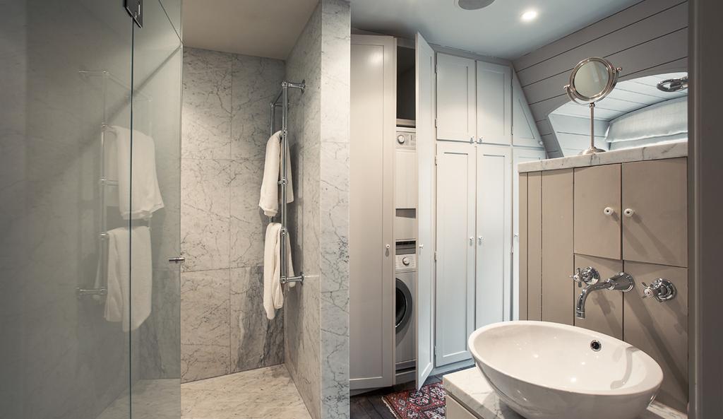 Carrara i badrum med grå snickerier