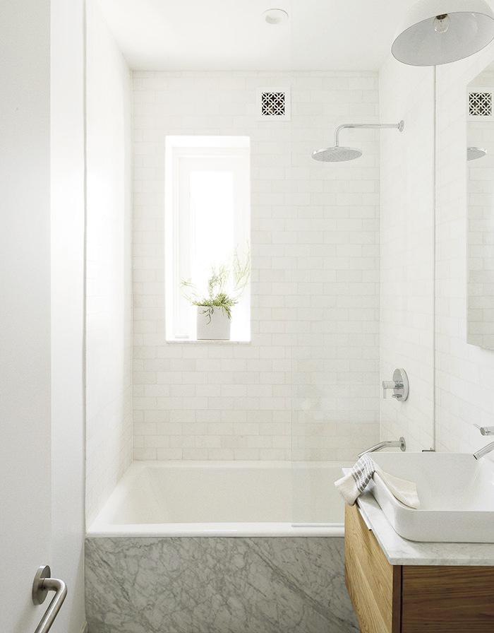 litet badrum med badkar