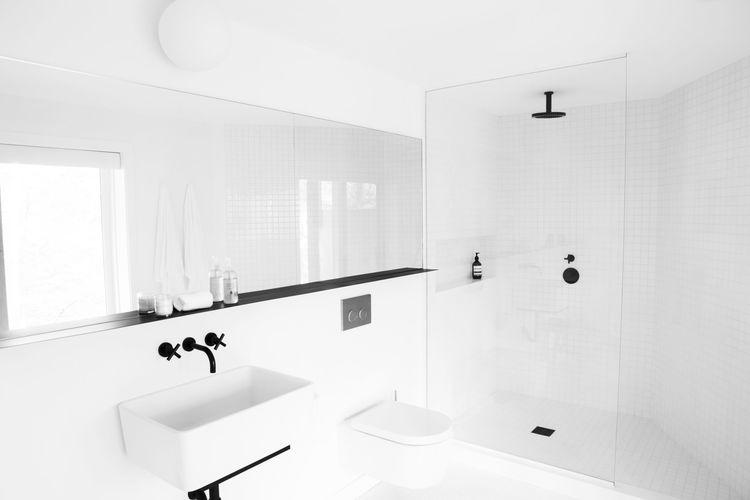 badrum-inspiration_vit-mosaik-5x5_Amee-Allsop_Hamptons_photo-Glen-Allsop_badrumsdrommar_bad-2
