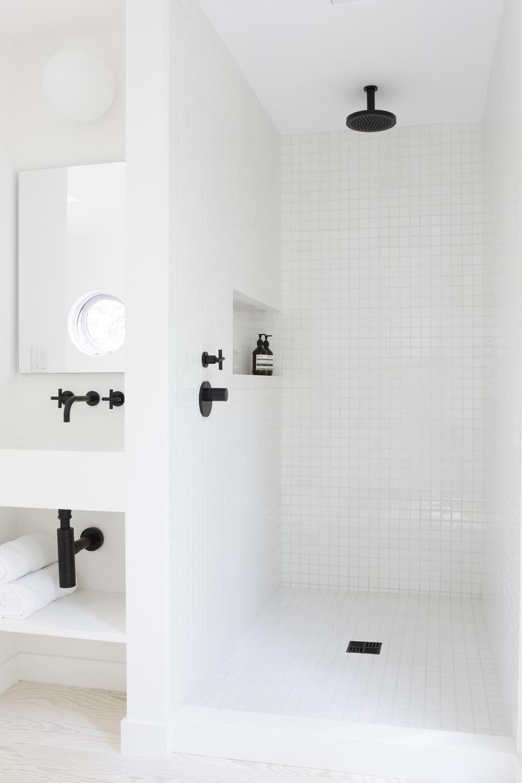 badrum-inspiration_vit-mosaik-5x5_Amee-Allsop_Hamptons_photo-Glen-Allsop_badrumsdrommar_dusch