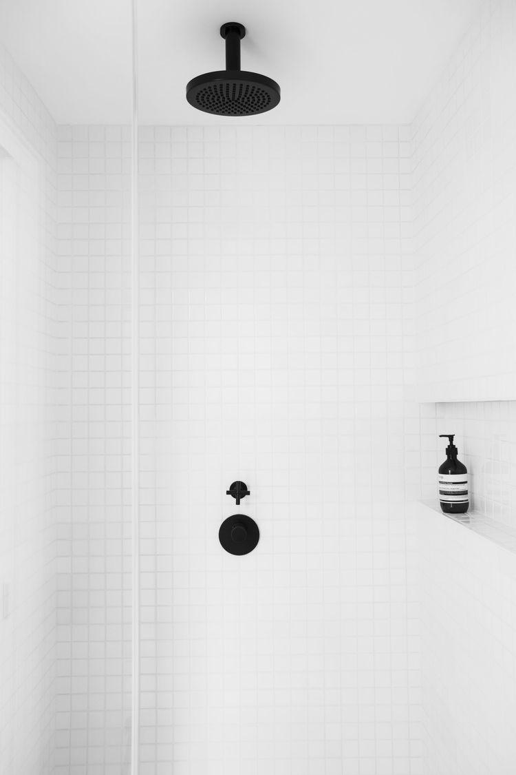 badrum-inspiration_vit-mosaik-5x5_Amee-Allsop_Hamptons_photo-Glen-Allsop_badrumsdrommar_dusch_2