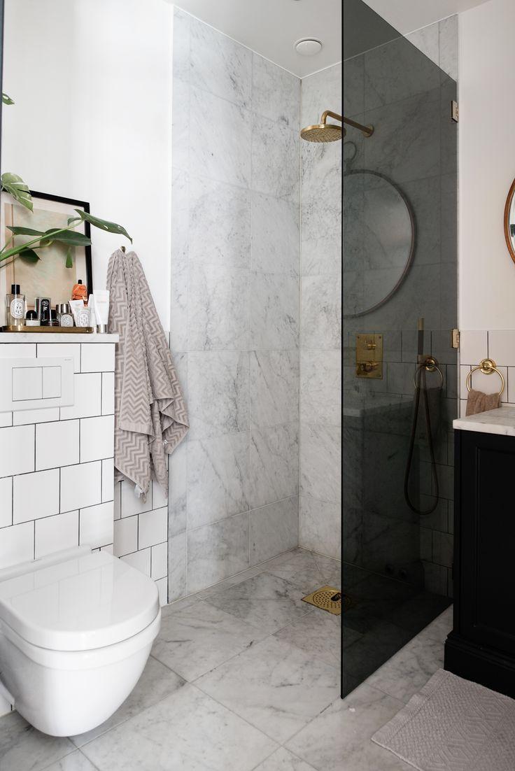 Litet badrum i carraramarmor.
