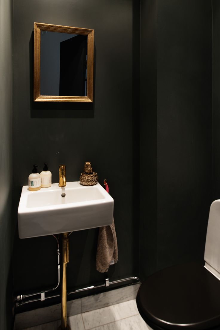 Litet badrum i svart och carraramarmor.