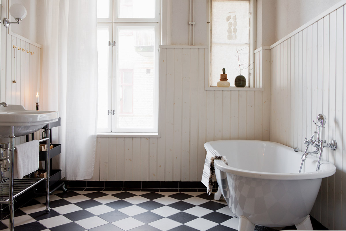 badrumsinspiration_parlspont-badrum-lantligt_schackrutigt-badrumsgolv_foto-bolaget-sodra-forstadsgatan_badrumsdrommar_1
