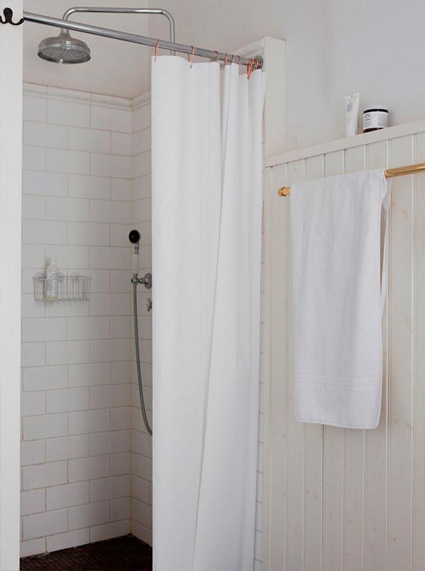 badrumsinspiration_parlspont-badrum-lantligt_schackrutigt-badrumsgolv_foto-bolaget-sodra-forstadsgatan_badrumsdrommar_gammeldagsdusch