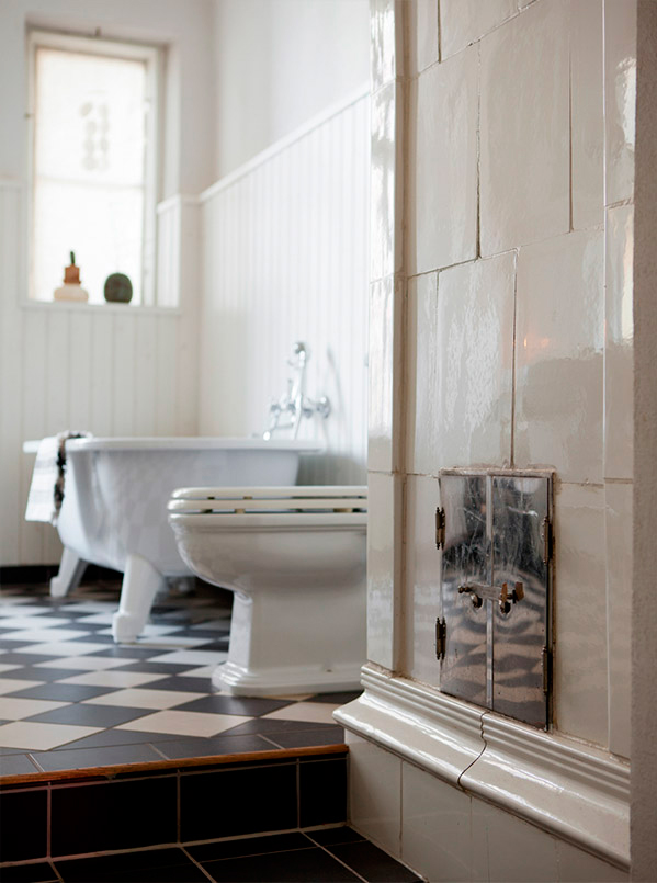 badrumsinspiration_parlspont-badrum-lantligt_schackrutigt-badrumsgolv_foto-bolaget-sodra-forstadsgatan_badrumsdrommar_kakelugn