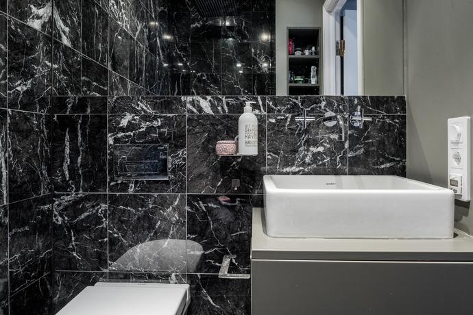 Lyxiga små badrum i svart marmor  Badrumsdrömmar