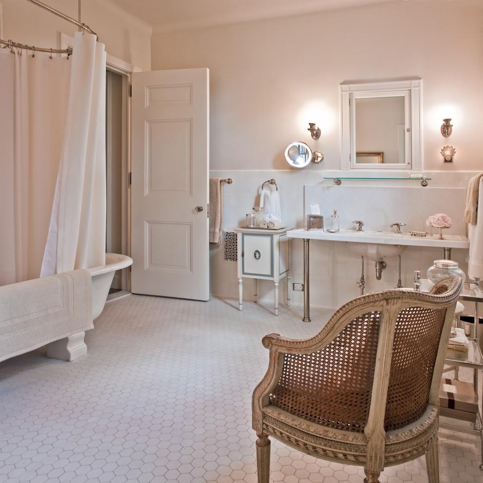 klassiskt-badrum-inspiration_hexagon-klinker-marmor-badkar_berkshires-estate-boston_giambastiani-design_photo-bradley-m-jones_badrumsdrommar_1