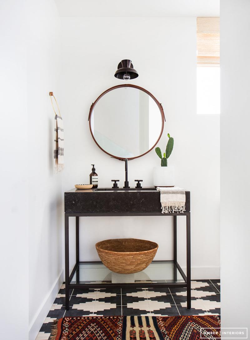 badrum-efter_small-bathroom-after_badrumsrenovering_tvattstall-benstallning_amber-interior-design_foto-tessa-neustadt_badrumsdrommar