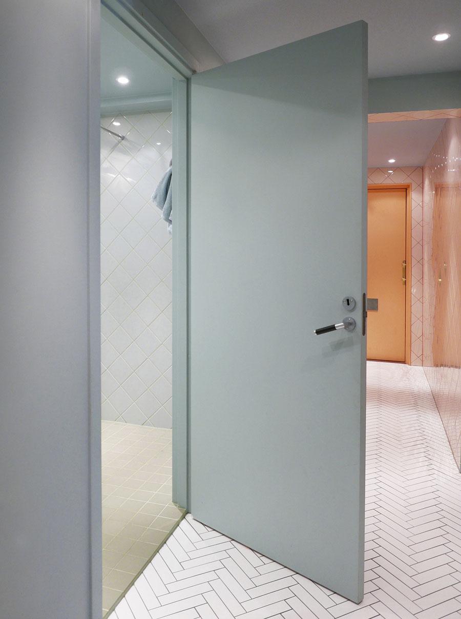 bathroom-inspo_badrum-inspiration_rosa-turkos-ljusblå_kakel_diagonal-sättning_photo-Tekla-Evelina--Severin_via-Sign-Unseen_badrumsdrömmar_2