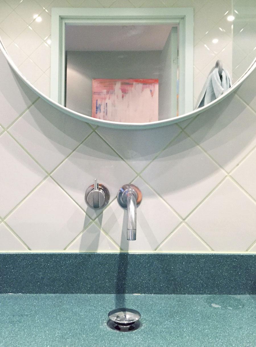 bathroom-inspo_badrum-inspiration_rosa-turkos-ljusblå_kakel_diagonal-sättning_photo-Tekla-Evelina--Severin_via-Sign-Unseen_rund-spegel_badrumsdrömmar_3