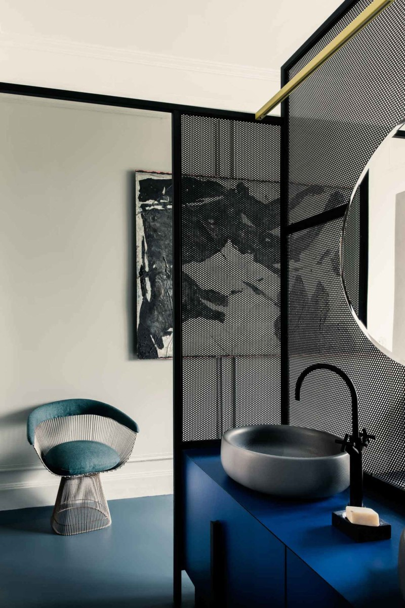 badrum-inspiration_bathroom_uda-architetti_paris-1930-tal_photo-karel-balas_rund-spegel_svart-blandare_badrumsdrommar_2