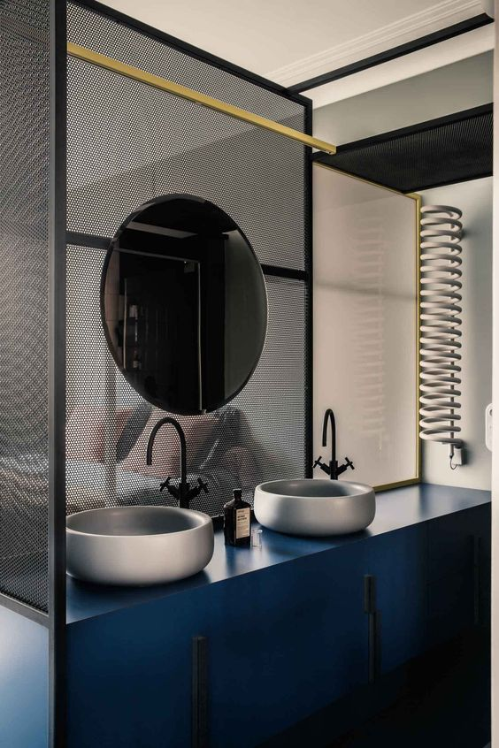 badrum-inspiration_bathroom_uda-architetti_paris-1930-tal_photo-karel-balas_rund-spegel_svart-blandare_badrumsdrommar_4