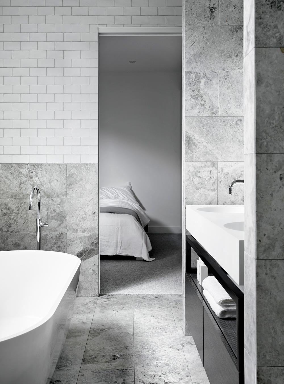 gra-badrum_inspiration_bathroom_carrara_vitt-kakel-halvforband_vit-fog_photo_sharyn-cairns_mim-design_badrumsdrommar_badkar_halvkaklat_dusch