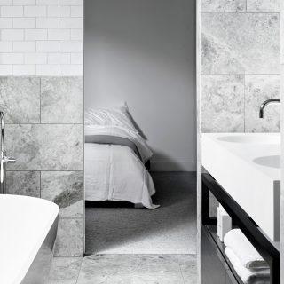 Badrumsinspiration - grå badrum inspiration bathroom carrara vitt kakel  halvförband vit fog photo Sharyn Cairns Mim 1fc2cd10e8075