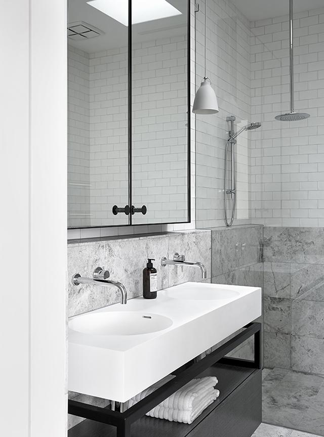 gra-badrum_inspiration_bathroom_carrara_vitt-kakel-halvforband_vit-fog_photo_sharyn-cairns_mim-design_badrumsdrommar_badkar_halvkaklat_tvattstall-benstallning