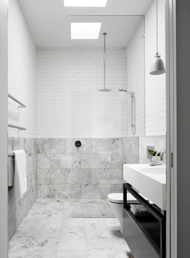 gra-badrum_inspiration_bathroom_carrara_vitt-kakel-halvforband_vit-fog_photo_sharyn-cairns_mim-design_badrumsdrommar_dusch_halvkaklat
