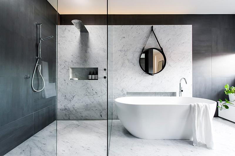 badrum-inspiration_carrara-marmor-storformat_gubi_minosa-design_photo-nicole-england_styling-simona-castagna_via-design-to-inspire_badrumsdrommar