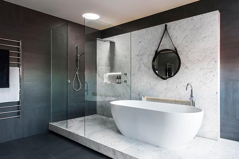 badrum-inspiration_carrara-marmor-storformat_gubi_minosa-design_photo-nicole-england_styling-simona-castagna_via-design-to-inspire_badrumsdrommar_4