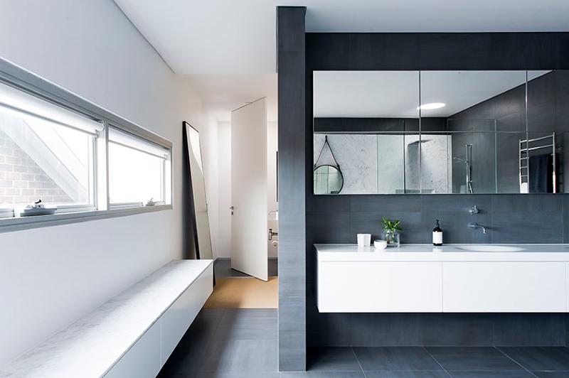 badrum-inspiration_carrara-marmor-storformat_gubi_minosa-design_photo-nicole-england_styling-simona-castagna_via-design-to-inspire_badrumsdrommar_8