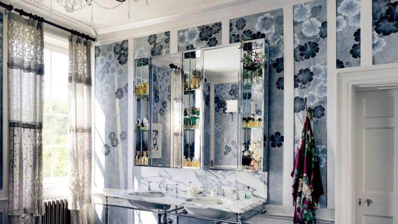 Badrumsinspiration - Badrum hemma hos Kate Moss i London med DeGournay  Anemones tapet och arabescato marmor 922feb98c7b33