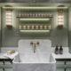 badrumsinspiration lyxigt badrum i alperna carrara marmor guld stenhandfat lindblomsgron trapanel badrumslampa chalet gstaad design Humbert Poyet foto Francis Amiand badrumsdrommar