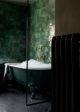 badrumsinspiration gront lantligt badrum tassbadkar gront kakel zellige fiskeben badrumsgolv gammeldags radiator foto dana ozollapa badrumsdrommar