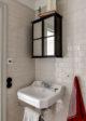 badrumsinspiration litet lantligt badrum kakel halvforband viktorianskt handfat industriellt spegelskap foto dana ozollapa badrumsdrommar