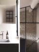 badrumsinspiration rustikt badrum soft minimalism zellige kakel putsade badrumsvaggar carrara industrifonster svart duschvagg stenhus provence frankrike foto pierrick verny badrumsdrommar