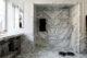 badrumsinspiration klassiskt badrum calacatta halvkaklat tvattstall benstallning spegelskap fiskbensmonster marmor dusch ostermalm villastaden master sovrum vindvaning foto perjansson