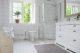Lantligt badrum i vitt